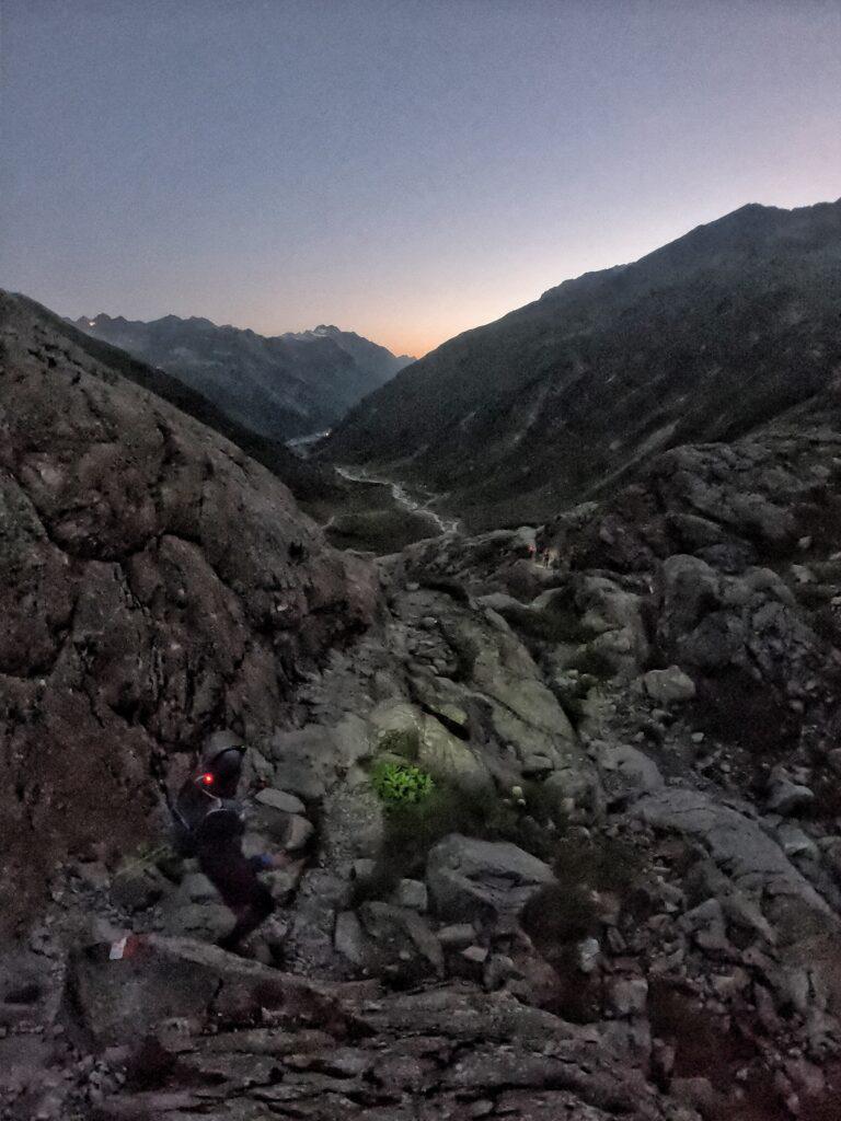 trailläufer im morgengrauen